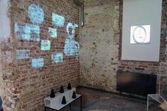 Innovation Samtida konstutställning på Ruin museet i Moskva royaltyfri fotografi