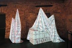 Innovation Samtida konstutställning på Ruin museet i Moskva arkivfoto