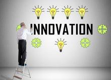 Innovationbegrepp som dras av en man på en stege royaltyfria bilder