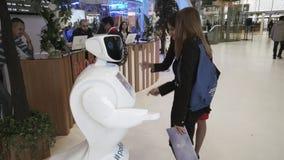Innovationer 2016 för teknologiskt forum för Moskva öppna i Technopark Skolkovo Besökare som talar med promobotroboten stock video