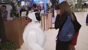 Innovationer 2016 för teknologiskt forum för Moskva öppna i Technopark Skolkovo Besökare som talar med promobotroboten lager videofilmer