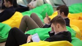 Innovationer 2016 för teknologiskt forum för Moskva öppna i Technopark Skolkovo Deltagare som sitter på stol för bönapåse och stock video