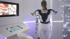 Innovationer 2016 för teknologiskt forum för Moskva öppna i Technopark Skolkovo Flicka som visar ryssroboten för SAR 401 arkivfilmer