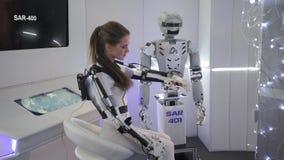 Innovationer 2016 för teknologiskt forum för Moskva öppna i Technopark Skolkovo Flicka som visar ryssroboten för SAR 401 stock video