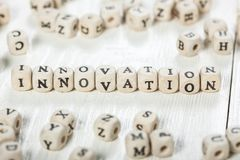 Innovationord som är skriftligt på träsnittet Royaltyfria Foton
