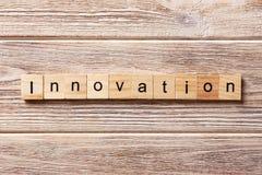 Innovationswort geschrieben auf hölzernen Block INNOVATIONS-Text auf Tabelle, Konzept Lizenzfreie Stockbilder