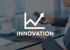 Innovationtext mot affärskvinna med telefonen och minnestavla och mörk samkopiering vektor illustrationer