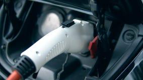 Innovative elektrische Aufladung des hybriden Autos Personengebühren electromobile an einer modernen Station stock video