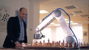 Innovativer Spielnacheiferer, Roboter, der Schach mit einem Menschen spielt Futuristisches Roboterkonzept stock footage