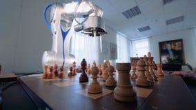 Innovativt robotic schack för lek för konstgjord intelligens för schack med en människa arkivfilmer