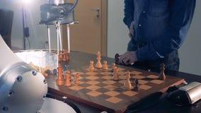 Innovativt robotic schack för lek för konstgjord intelligens för schack med en människa stock video