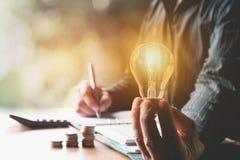Innovazione o concetto creativo della tenuta della mano una lampadina Immagini Stock Libere da Diritti