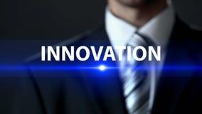 Innowacja, mężczyzna w garnitur pozyci przed ekranem, urzeczywistnienie fotografia stock