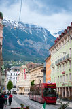 INNSBRUCK, ÁUSTRIA - 3 DE MAIO DE 2015: Transporte público e construções com vista agradável na cidade de Innsbruck Fotografia de Stock