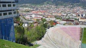 Innsbruck, Áustria O estádio da torre do monte do salto de esqui e da trilha No fundo a cidade de Innsbruck vídeos de arquivo