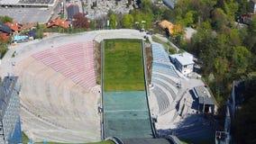 Innsbruck, Áustria O estádio da torre do monte do salto de esqui e da trilha Pode guardar 28.000 espectadores vídeos de arquivo