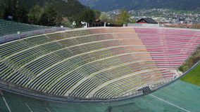 Innsbruck, Áustria O estádio da torre do monte do salto de esqui e da trilha Pode guardar 28.000 espectadores video estoque