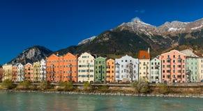 Innsbruck Österrike: Ð-¡ olored hus på banken av flodgästgivargården Royaltyfri Fotografi