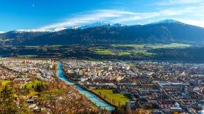 Innsbruck Österrike: flyg- panorama för bred vinkel av den populäraste österrikiska staden Fotografering för Bildbyråer