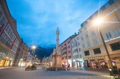 INNSBRUCK ÖSTERRIKE - MAJ 4, 2015: Byggnader med trevlig sikt för solnedgång i den Innsbruck staden, foto som tas från vägen Arkivbilder