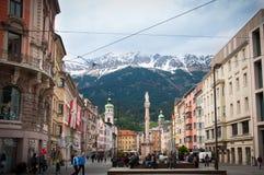 INNSBRUCK ÖSTERRIKE - MAJ 3, 2015: Byggnader med trevlig sikt i den Innsbruck staden Royaltyfri Bild