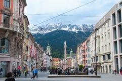 INNSBRUCK ÖSTERRIKE - MAJ 3, 2015: Byggnader med trevlig sikt i den Innsbruck staden Royaltyfri Fotografi