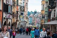 INNSBRUCK ÖSTERRIKE - MAJ 3, 2015: Byggnader med trevlig sikt i den Innsbruck staden Arkivbilder