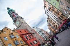 INNSBRUCK ÖSTERRIKE - MAJ 3, 2015: Byggnader med trevlig sikt i den Innsbruck staden, foto som tas från vägen Arkivbilder