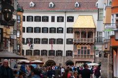 INNSBRUCK ÖSTERRIKE - MAJ 3, 2015: Den guld- takgränsmärket i den Innsbruck stadsmitten, foto som tas från vägen Arkivbilder