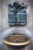 INNSBRUCK ÖSTERRIKE - MAJ 3, 2015: Gömd staty med droppvatten i den Innsbruck staden, foto som tas från vägen Royaltyfri Bild