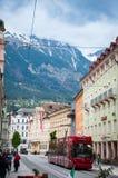 INNSBRUCK ÖSTERRIKE - MAJ 3, 2015: Offentligt trans. och byggnader med trevlig sikt i den Innsbruck staden Arkivbild