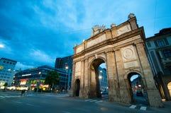 INNSBRUCK, AUSTRIA - 4 maggio 2056: L'arco trionfale di Triumphpforte a Innsbruck centrale prima del tramonto Altre costruzioni p Fotografia Stock