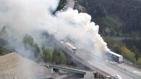 Innsbruck, Autriche Camion br?lant sur l'autoroute de Brenner pr?s du pont d'Europa Route entre l'Autriche et l'Italie photo libre de droits