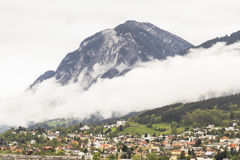 Innsbruck avec la neige a couvert des montagnes Photos stock