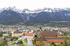 Innsbruck avec la neige a couvert des montagnes Photo stock