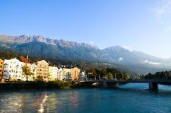 Innsbruck gamla stad, gästgivargårdflod och Nordkette i morgonen Tyrol (Österrike) Fotografering för Bildbyråer