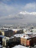 Innsbruck im Winter mit Schnee auf Dachspitzen und Ansicht über die Berge, 2012 Lizenzfreie Stockbilder