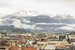 Innsbruck met sneeuw behandelde bergen Stock Afbeelding