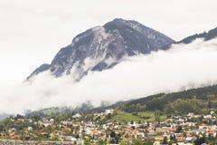 Innsbruck met sneeuw behandelde bergen Stock Foto's