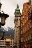 Innsbruck, Tirol/Oostenrijk - Maart 27 2019: Beroemde Gouden die Dak en Stadstoren in één schot wordt gevangen royalty-vrije stock fotografie