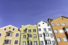 Innsbruck, Tirol, ?ustria Casas coloridas no rio da pens?o em Innsbruck Casas coloridas em Innsbruck fotos de stock royalty free