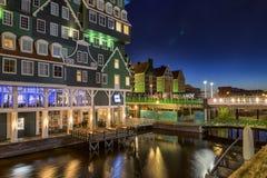 Inntelhotel in Zaandam met het Ontwerp van de Nachtverlichting Stock Foto