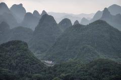 Innumerevole delle colline della pietra calcarea nella contea di Yangshuo in Cina immagine stock