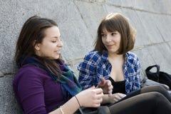 inny dziewczyny inny mówi nastoletni dwa miastowego Zdjęcia Royalty Free