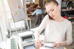 Inny obrazek mądrze i atrakcyjna biznesowej kobiety pozycja w biurowym pokoju Trzyma plastikową pastylkę wewnątrz zdjęcia stock