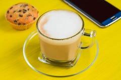 Ino del  di CappucÑ con il dessert su una tavola Fotografia Stock
