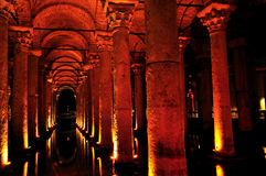 Inom av basilikacisternen Istanbul, Turkiet Arkivbild