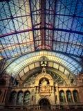 Inom av den Antwerp centralen Trainstation arkivbilder
