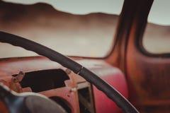 Inom av den gamla röda bilen i Rhyolite, Death Valley, Kalifornien, USA royaltyfria foton