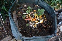Inom av en composting behållare arkivfoton